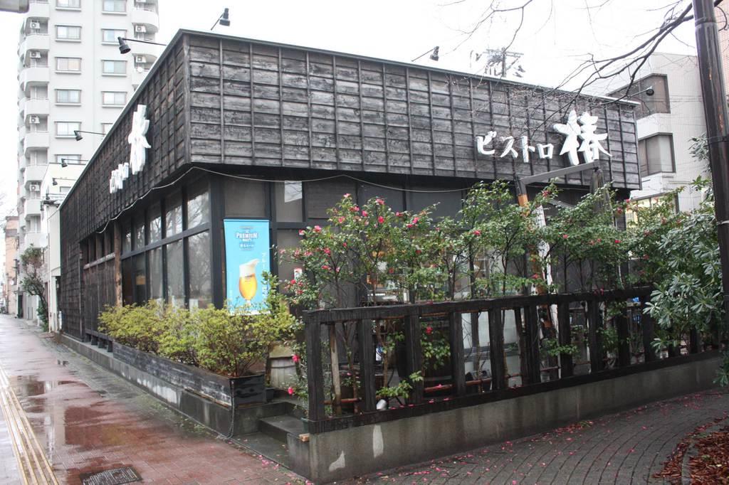 黒い外壁が特徴的な店舗。外にはテラス席もある=新潟市中央区(太田泰撮影)