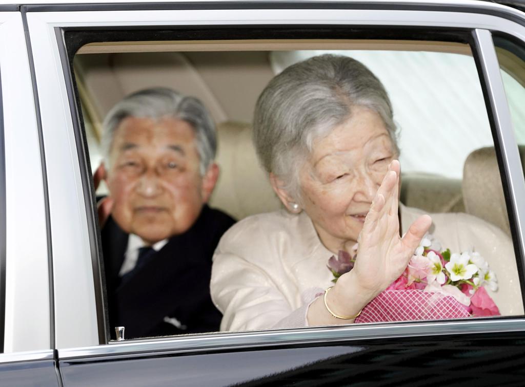昼食会を終え、皇居に戻られる天皇、皇后両陛下=17日午後、皇居・半蔵門
