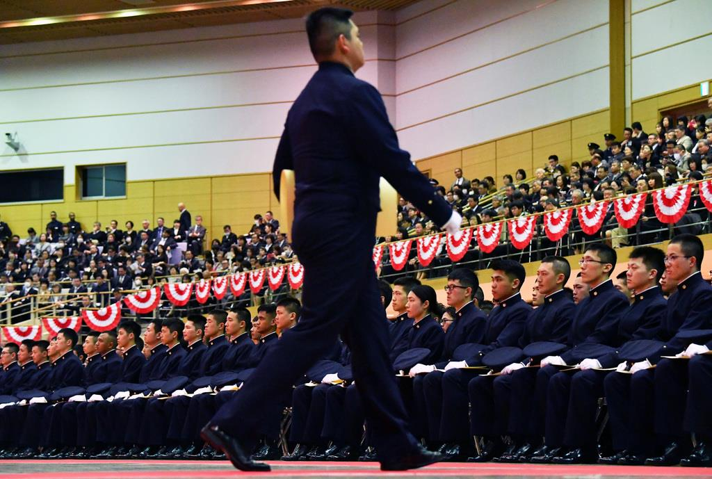 防衛大学校卒業式典で卒業証書を授与する卒業生ら=17日午前、神奈川県横須賀市(佐藤徳昭撮影)