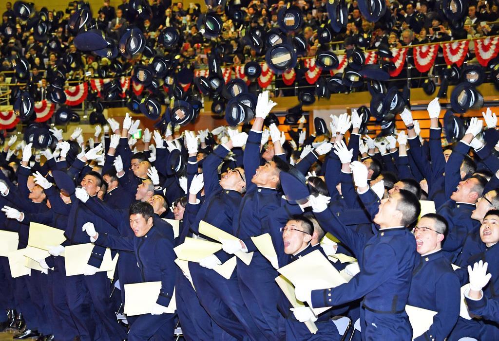防衛大学校卒業式典で帽子を投げて退場する卒業生ら=17日午前、神奈川県横須賀市(佐藤徳昭撮影)