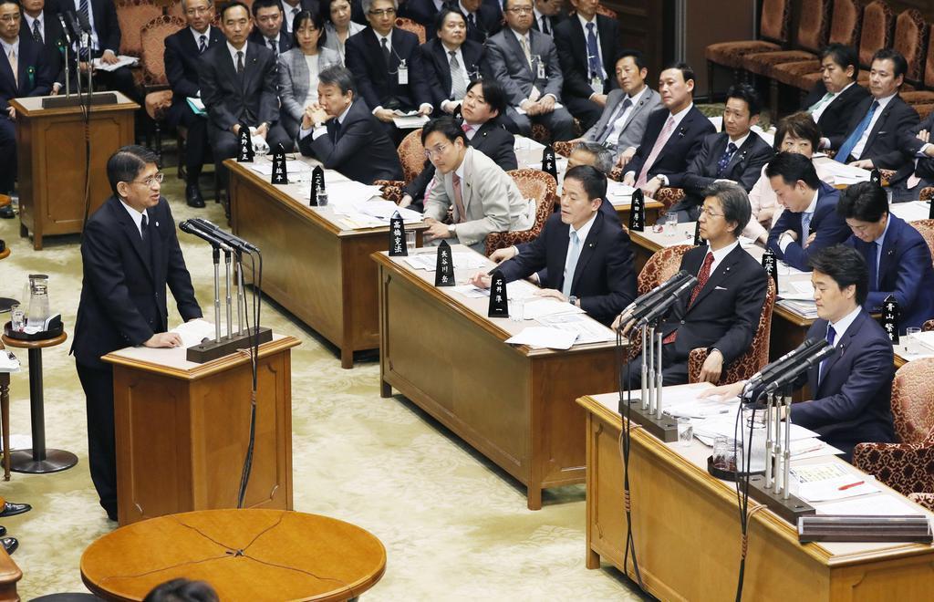 6日の参院予算委で、小西洋之氏(右端)の質問姿勢を批判した答弁を撤回し、謝罪する横畠裕介内閣法制局長官(左)