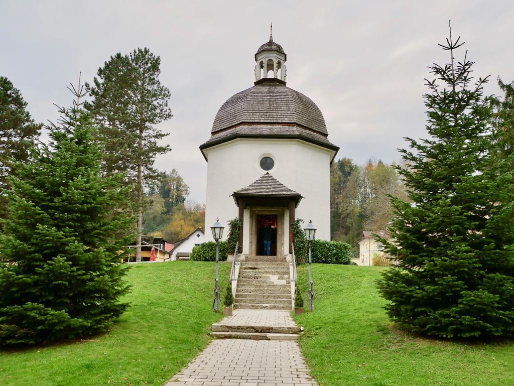 こじんまりとした「きよしこの夜礼拝堂」。一般の旅行者でも中に入ることができる