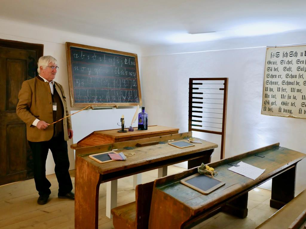 「きよしこの夜」の作曲者、フランツ・グルーバーが教師として働いた学校の博物館。まるで当時から抜け出してきたような老紳士がガイドをしてくれた