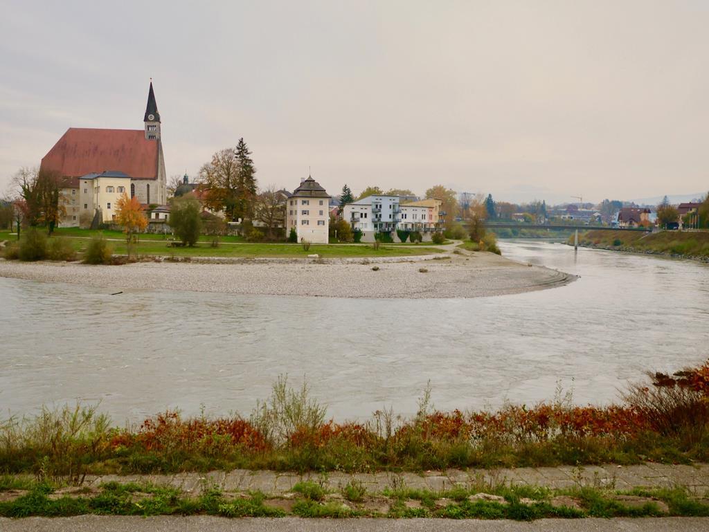 ザルツァハ川を挟んだ向こう側に見えるドイツののどかな街並み