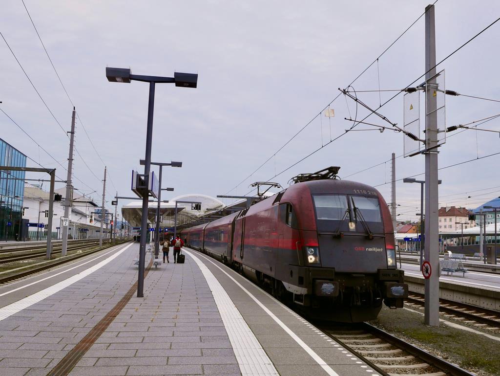乗車したのは、ウィーン発スイス・チューリヒ発RJ160号。午前7時半にウィーンを出発し、9時52分にザルツブルクに到着した