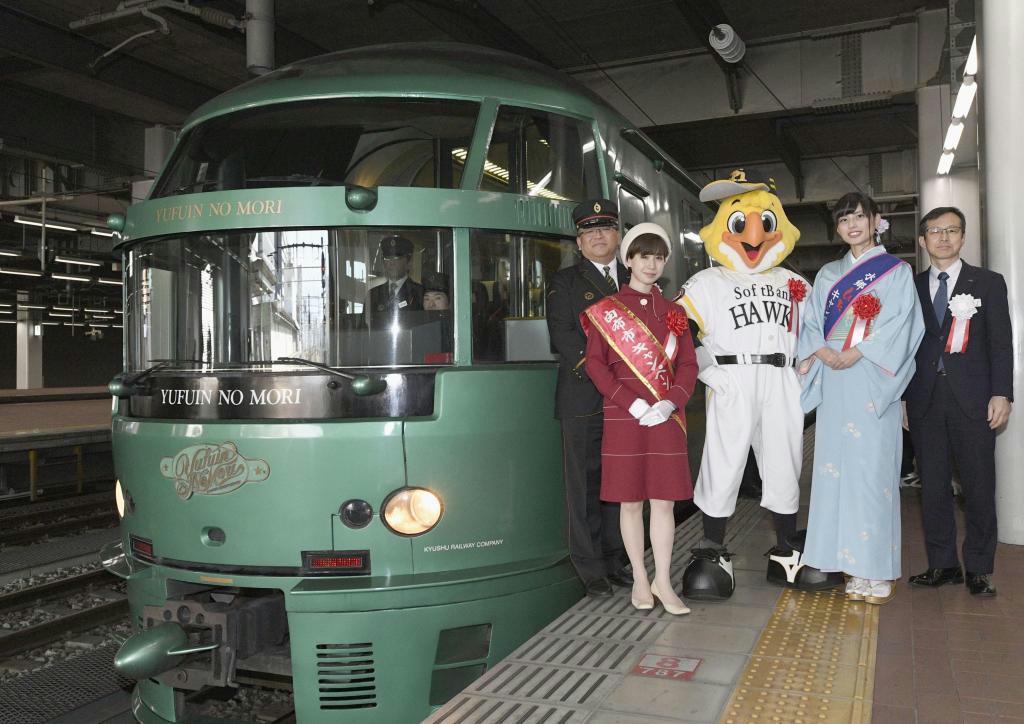 観光列車「ゆふいんの森」が運行開始から30周年を迎えたのを記念して開かれた出発式=JR博多駅