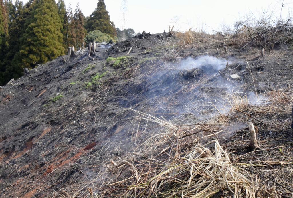 くすぶりながら燃え続ける佐賀県多久市の「ボタ山」の斜面