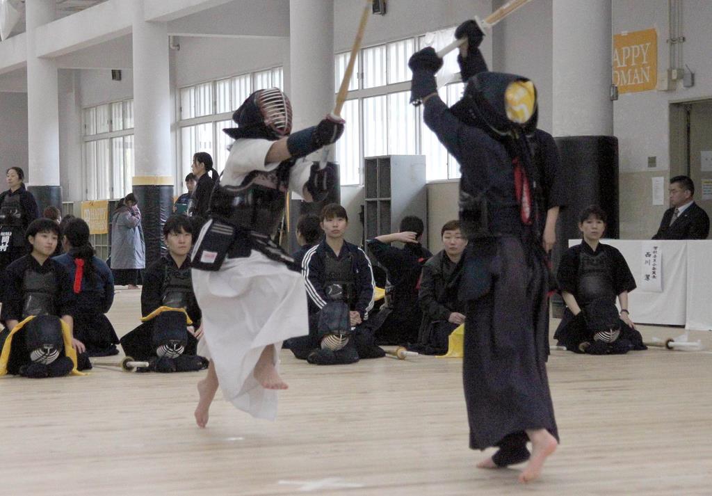 親善試合で熱戦を繰り広げる女性剣士ら=大阪市中央区