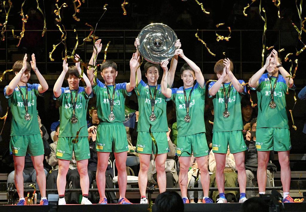 卓球Tリーグ・ファイナルの男子で岡山を破って初代王者となり、喜ぶ東京の水谷隼(中央)、張本智和(左隣)ら=17日、東京・両国国技館