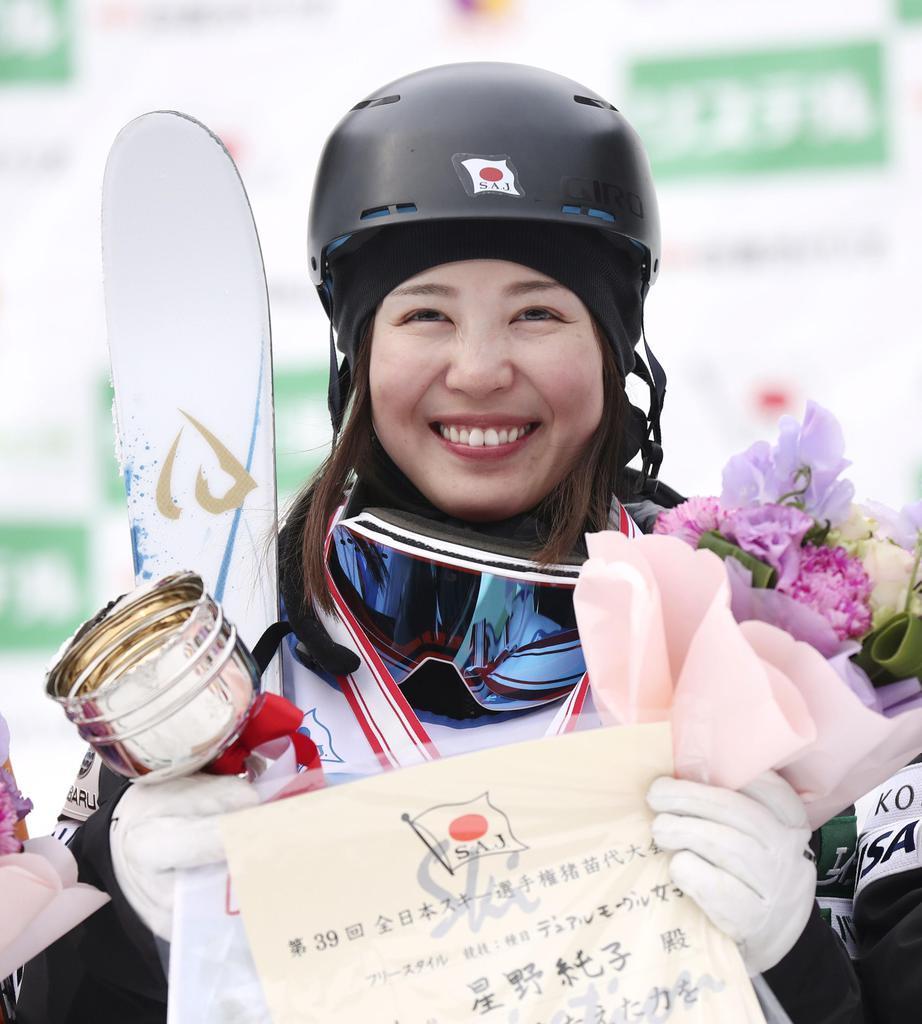 女子デュアルモーグルで優勝し、笑顔の星野純子。16日のモーグルと合わせ2冠達成=福島県猪苗代町リステル