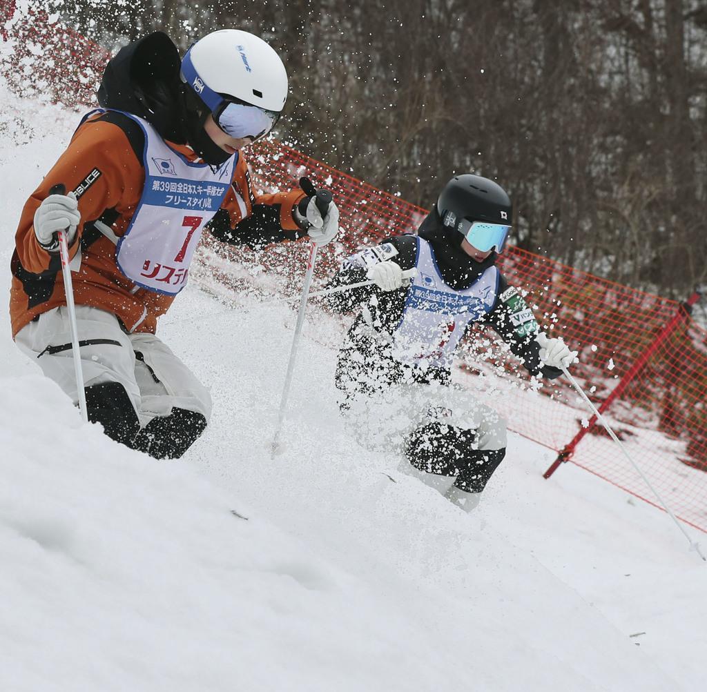 女子デュアルモーグル決勝でコブを攻める優勝した星野純子(右)。手前は2位の伊原遥香=福島県猪苗代町リステル