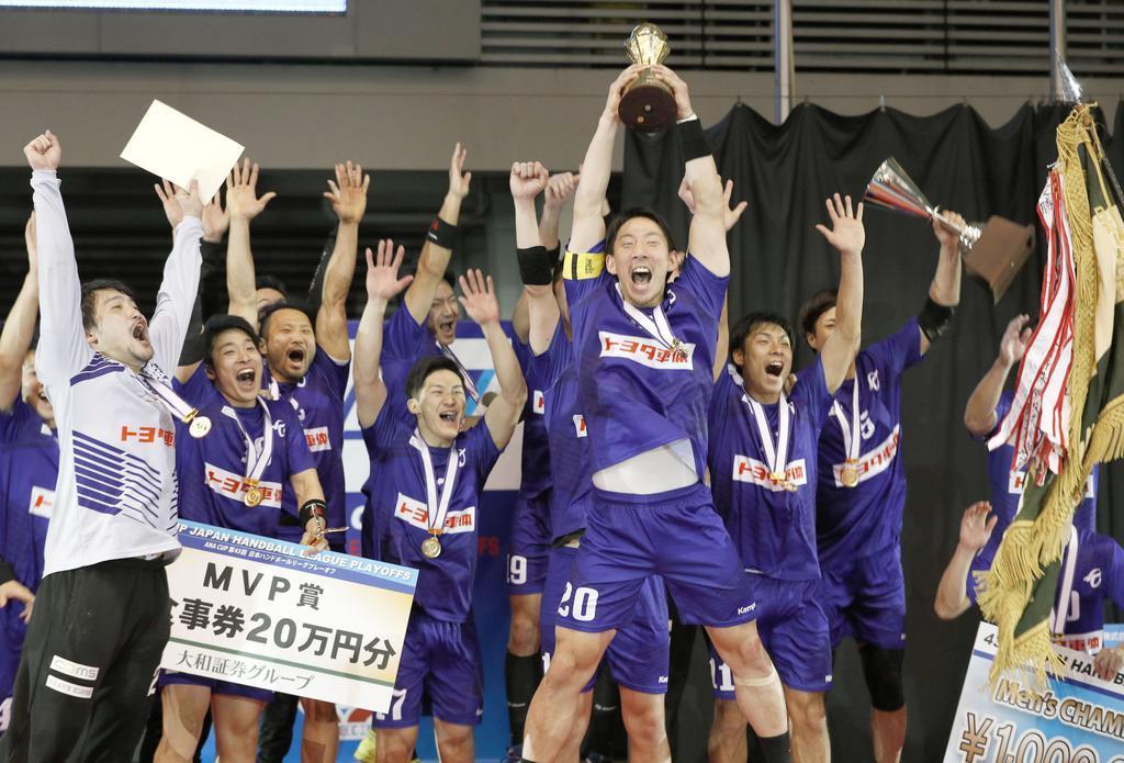 初優勝し、トロフィーを掲げ、大喜びする渡部(20)らトヨタ車体の選手たち=駒沢体育館