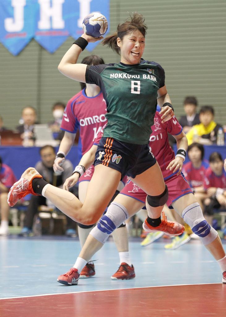 北国銀行-オムロン戦の後半、北国銀行・永田がシュートを決める=17日、駒沢体育館