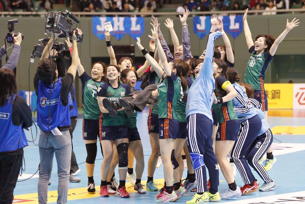 5季連続6度目の優勝を果たし、喜ぶ北国銀行の選手ら=駒沢体育館