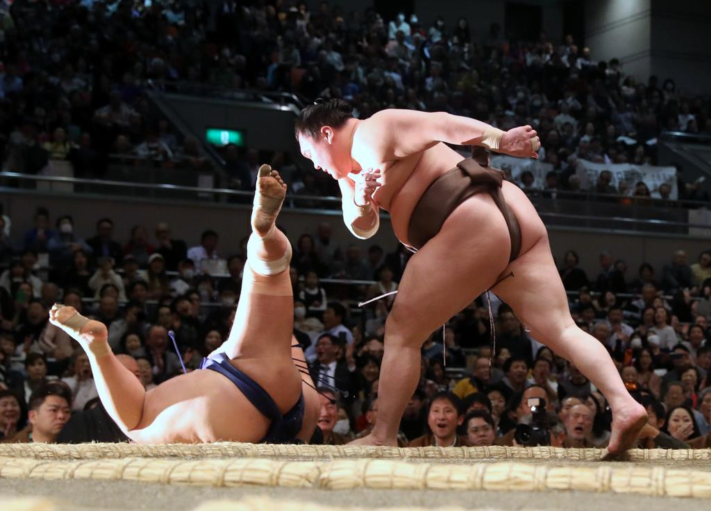 大相撲春場所8日目で白鵬(右)は小手投げで栃煌山を破った=17日、エディオンアリーナ大阪(撮影・中島信生)