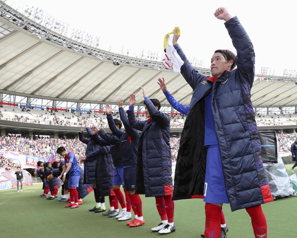 名古屋に勝利し、サポーターの歓声に応えるFC東京イレブン=17日、味スタ