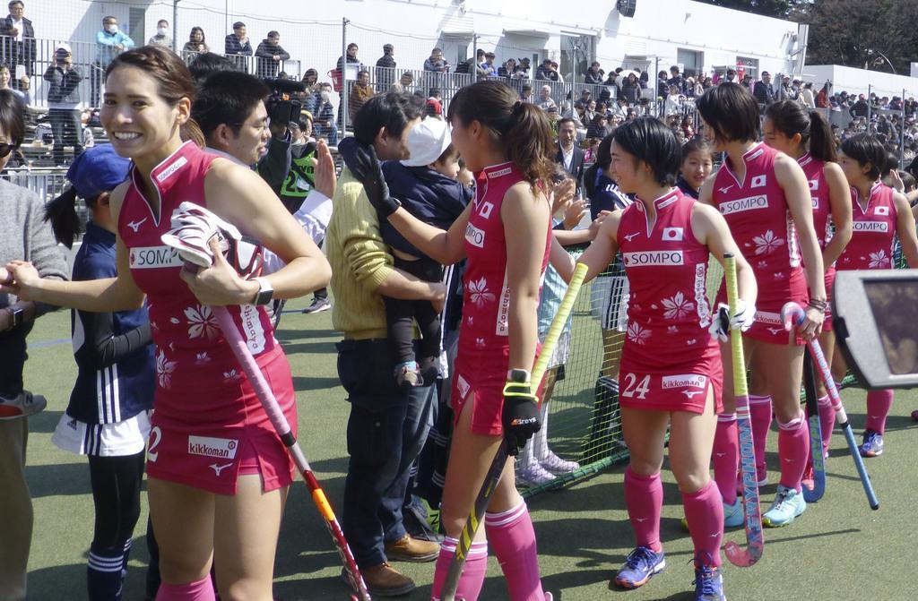 試合後にファンとタッチする内藤(左端)らホッケー女子日本代表の選手たち=17日、駒沢第一球技場