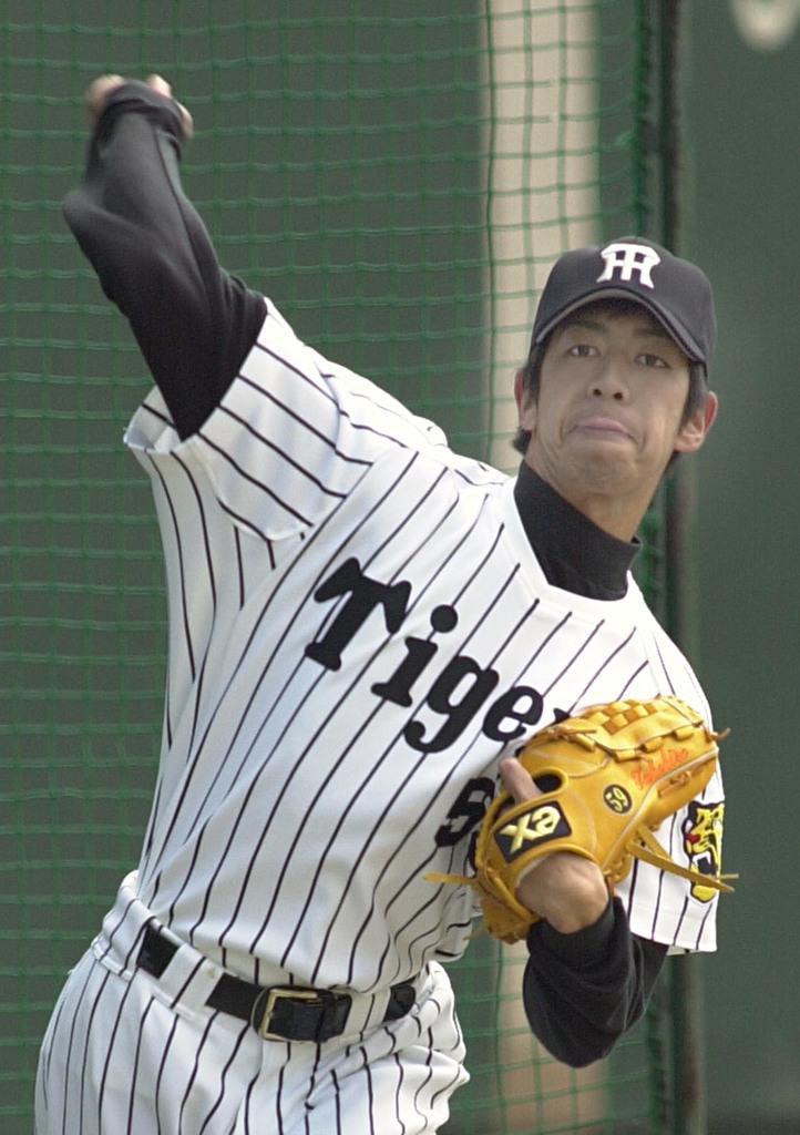 プロ野球阪神に投手として在籍していた頃の奥村武博さん=平成13年2月、兵庫県西宮市の鳴尾浜球場