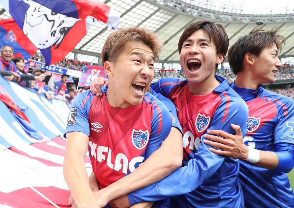 後半、先制のゴールを決め、喜び合うFC東京の永井謙佑(左)=味の素スタジアム(撮影・蔵賢斗)