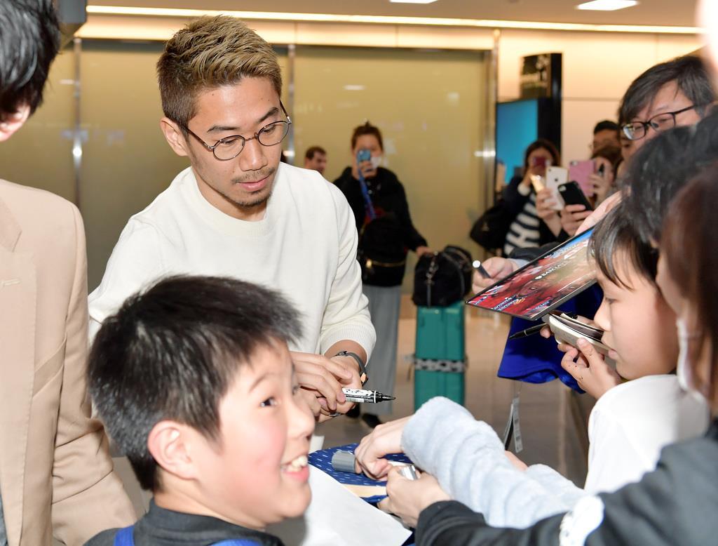 誕生日にトルコから帰国し、ファンにサインする日本代表・香川真司=17日、成田空港(撮影・戸加里真司)