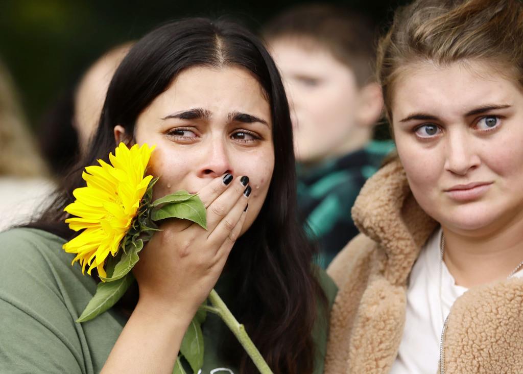 銃乱射事件があったヌール・モスクの近くで、犠牲者を悼み涙する女性=17日、ニュージーランド・クライストチャーチ(共同)