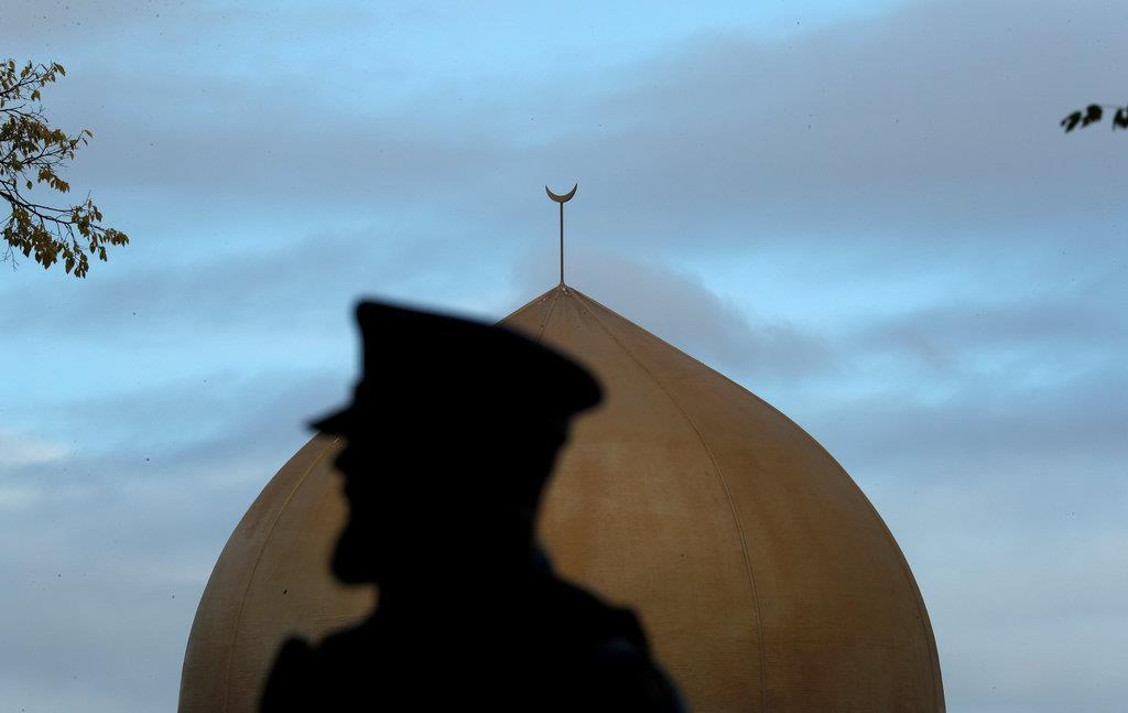 マスジッド=アル・ノール・モスクの前に立つ警察官=17日、クライストチャーチ(ロイター)