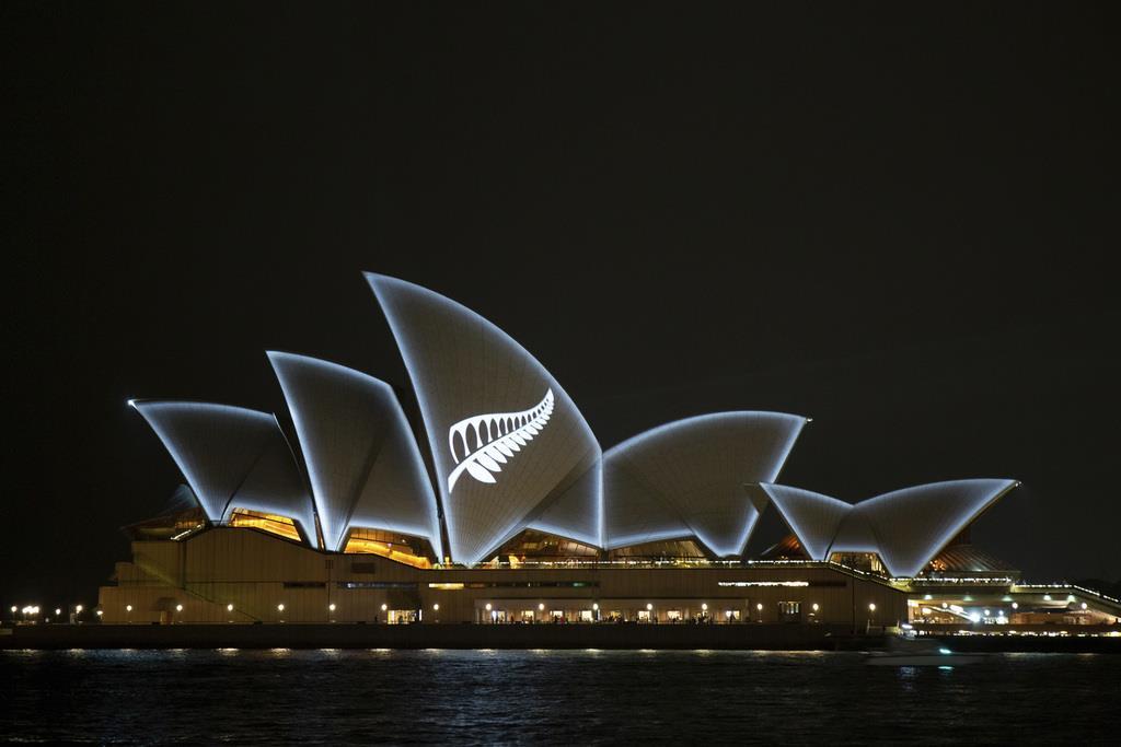 テロの犠牲者に哀悼を示すため、ライトアップされたホール=17日、豪シドニーのシドニー・オペラハウス(AP)