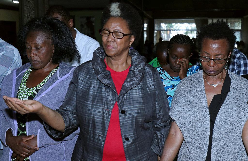 エチオピア航空機の墜落事故の追悼式典に参加した犠牲者の親族ら=16日、エチオピアのアディスアベバ(ロイター)