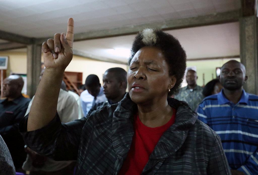 エチオピア航空機の墜落事故で、犠牲者を悼んで黙祷する女性=16日、エチオピアのアディスアベバ(ロイター)
