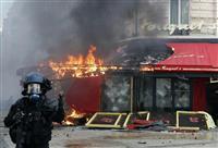 シャンゼリゼの名物カフェ炎上 「黄色いベスト」デモで放火