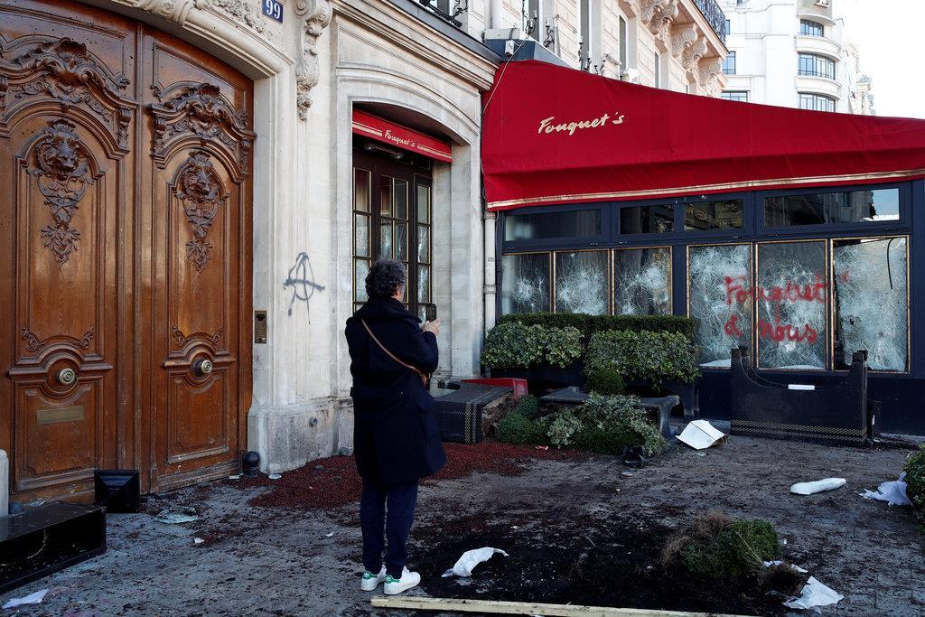 「黄色いベスト」運動のデモ隊の一部暴徒に放火された有名カフェ「フーケッツ」=16日、仏パリ(ロイター)