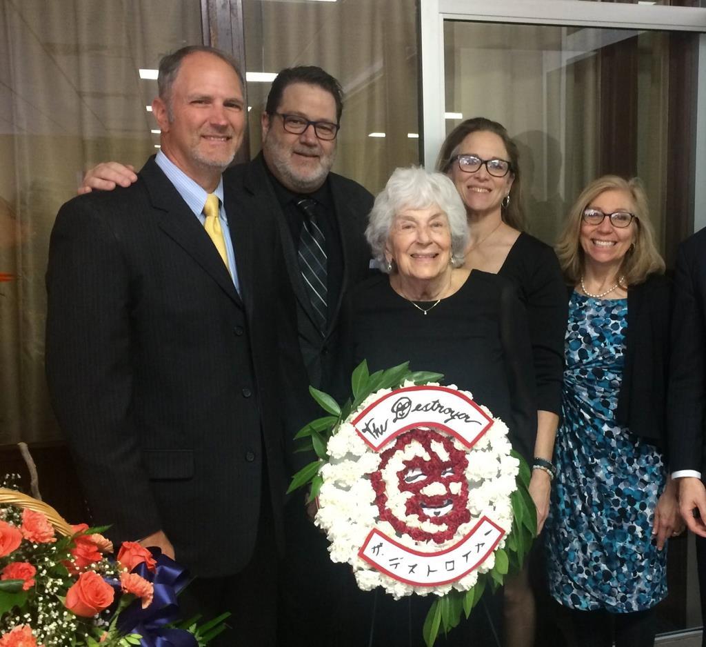 16日、リチャード・ベイヤーさんの葬儀で、ザ・デストロイヤーの顔をかたどった花輪の前でポーズをとる親族ら