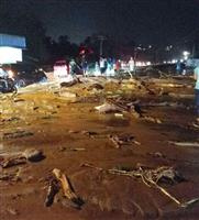 鉄砲水で58人死亡 インドネシア
