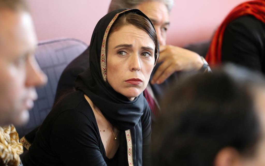 16日、モスクでのテロを受け、イスラム教徒の女性が髪を覆う「ヒジャブ」を身に着けてイスラム教関係者に哀悼の意を伝えるニュージーランドのアーダン首相(ロイター)