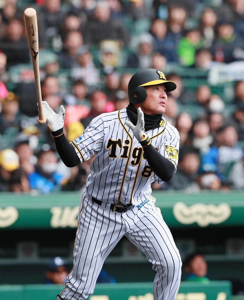 三回、3点本塁打を放つ阪神・福留孝介=17日、甲子園球場(松永渉平撮影)