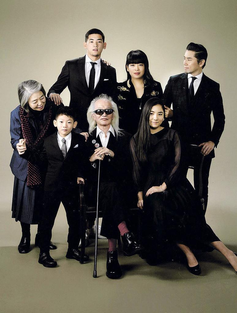 内田裕也さん(前列中央)と樹木希林さん(左端)夫妻ら