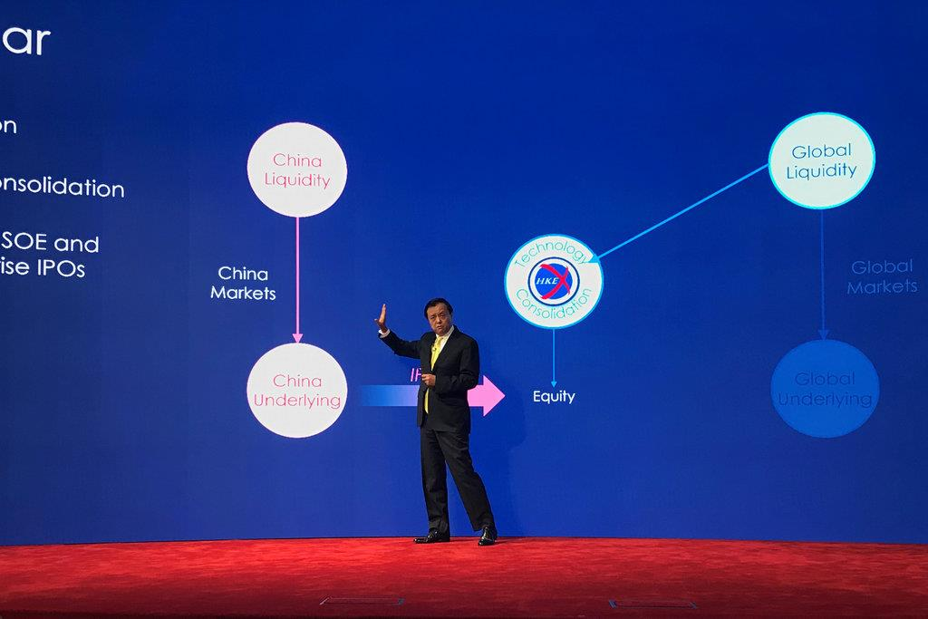 今後の経営戦略を説明する香港取引所の李小加最高経営責任者=2月28日、香港(ロイター)