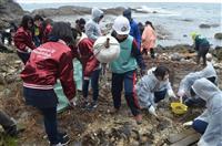 豊岡・猫崎半島で高校生ら漂着ごみ回収 海洋汚染の最前線実感