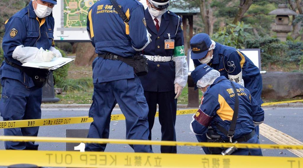 東京家庭裁判所前で女性が刺された事件で、日比谷公園内を現場検証する捜査員ら=20日午後、東京都千代田区(佐藤徳昭撮影)