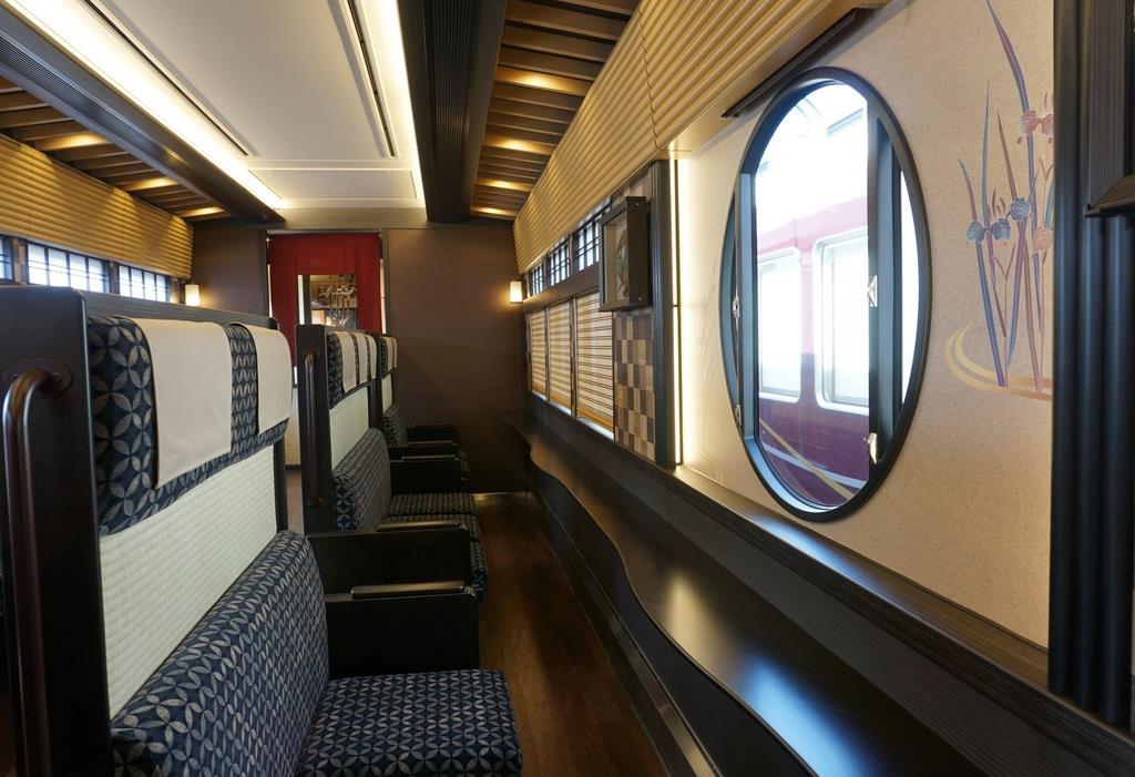 阪急電鉄の「京とれいん雅洛」の車内には、窓向きの座席も設けられた=20日、大阪府摂津市(西川博明撮影)