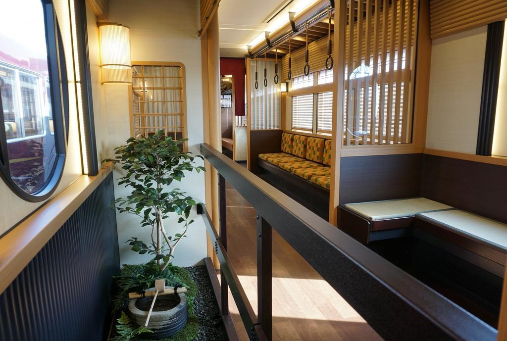阪急電鉄の「京とれいん雅洛」に設けられた坪庭=20日、大阪府摂津市(西川博明撮影)