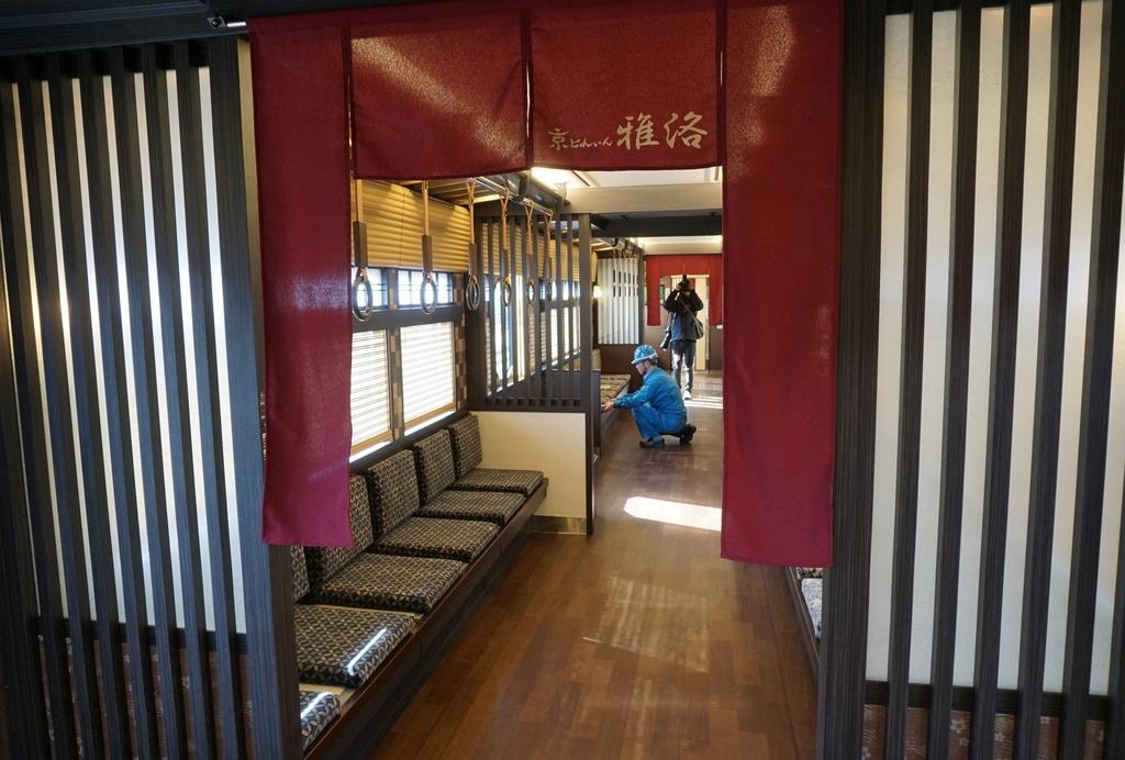 阪急電鉄の「京とれいん雅洛」の京町家風の内装。のれんは丹後ちりめんを使用している=20日、大阪府摂津市(西川博明撮影)