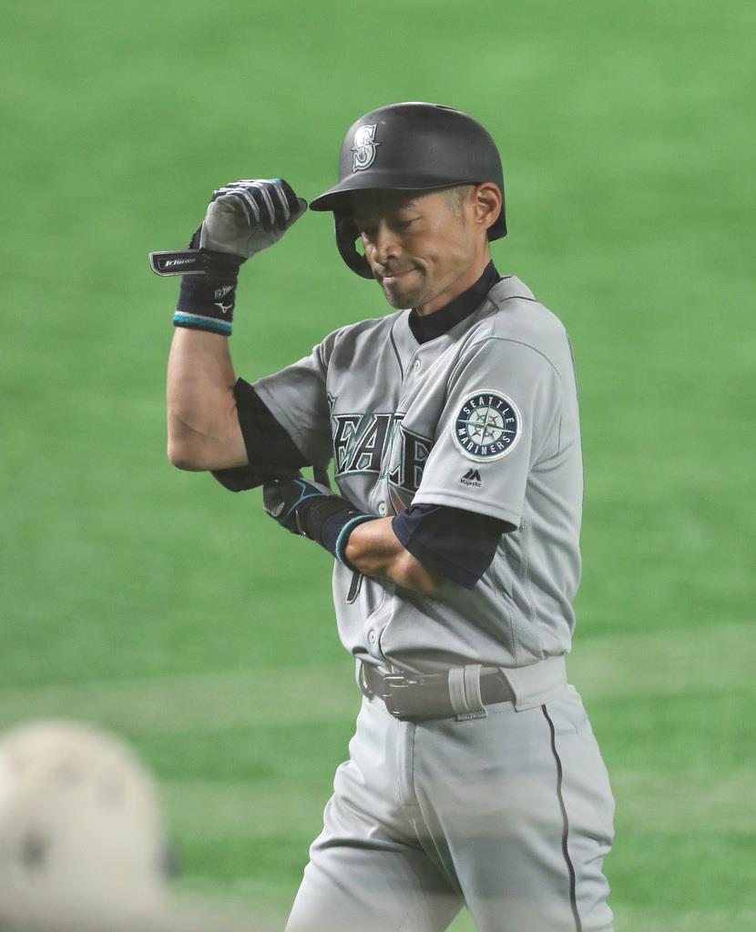 MLB米大リーグ開幕戦アスレチックス対マリナーズ 4回 二ゴロに倒れ、ベンチに戻るマリナーズ・イチロー =東京ドーム(福島範和撮影)