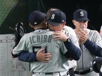 MLB開幕第2戦速報(7)イチローの第4打席は遊ゴロ 八回の守備で退き、同僚と抱き合う