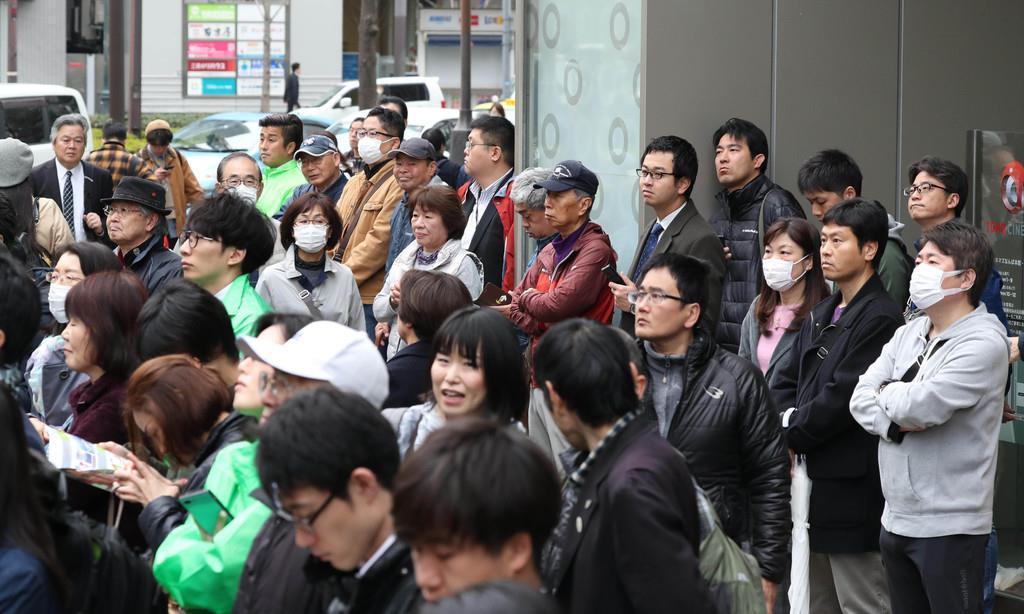 知事選候補者の第一声を聴く人々=21日午前、大阪市中央区(恵守乾撮影)