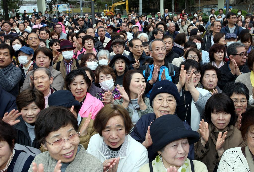 大阪府知事選が告示され、街頭演説に集まった聴衆=21日、大阪府吹田市(前川純一郎撮影)