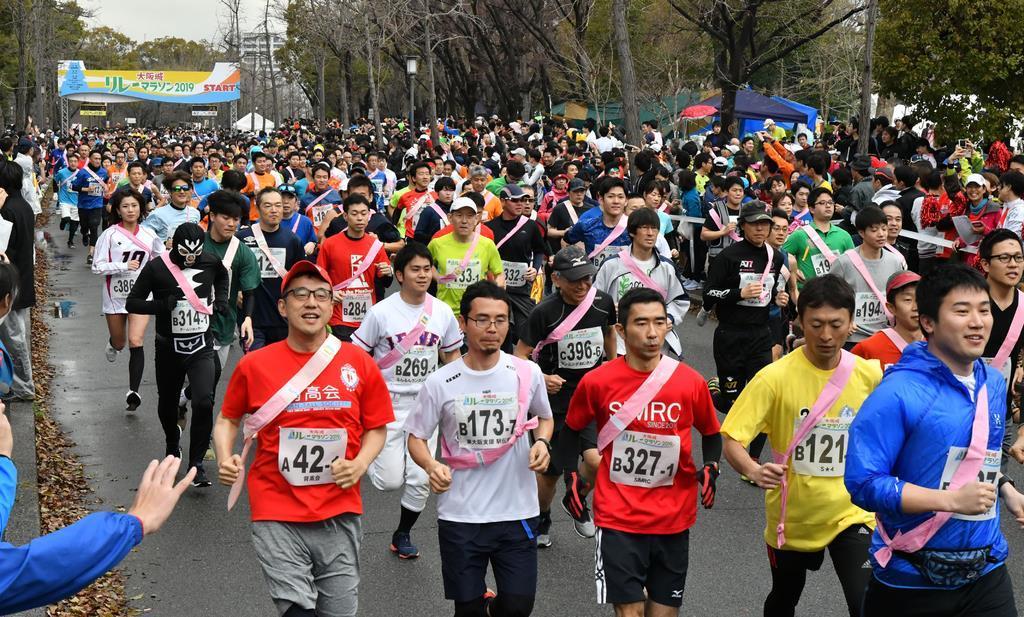 【大阪城リレーマラソン2019】 スタートしたランナー=21日午前、大阪市中央区の大阪城公園(沢野貴信撮影)