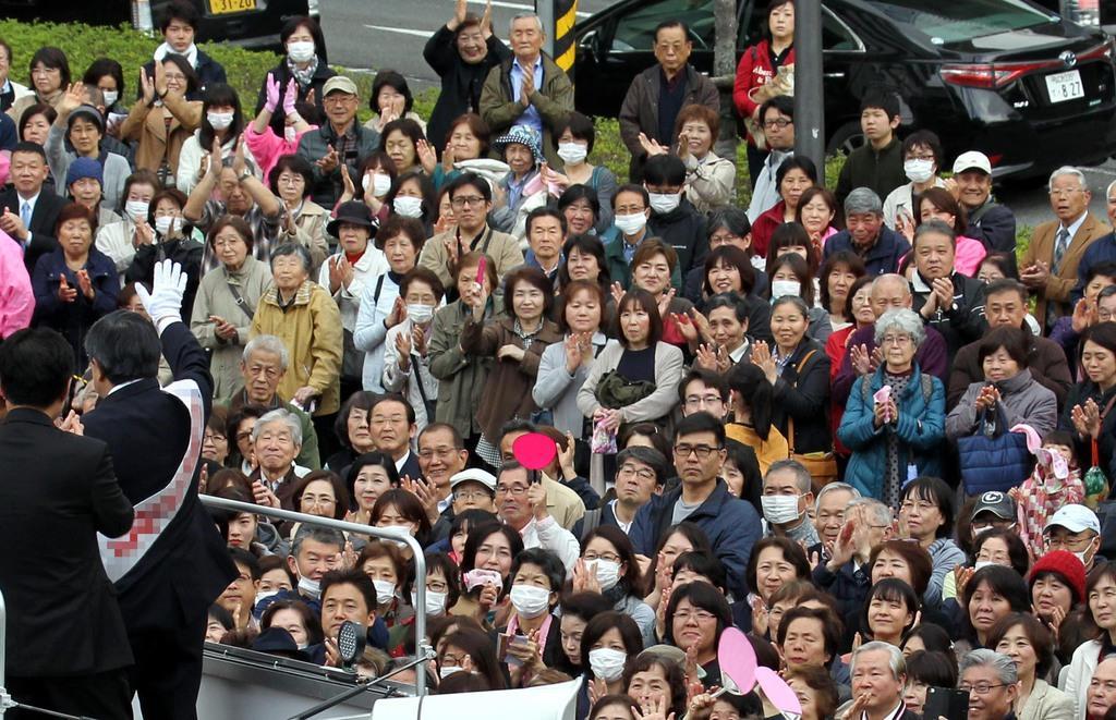 大阪府知事選が告示。聴衆に支持を訴える候補者=21日午後、大阪府吹田市(前川純一郎撮影)