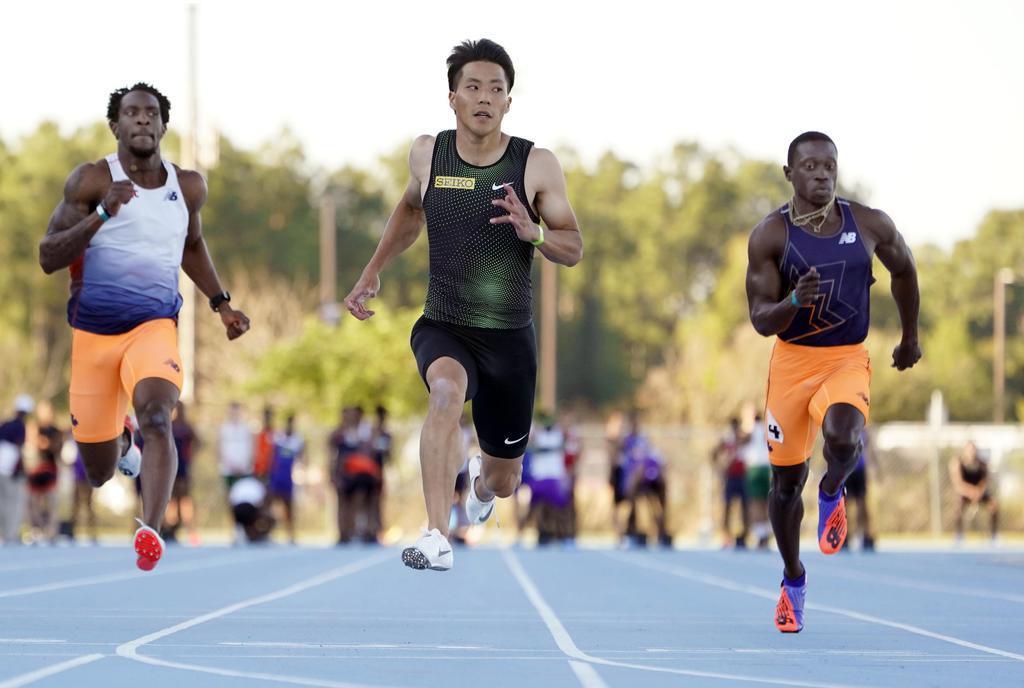 男子100メートルで10秒18(追い風参考)をマークした山県亮太(中央)=ジャクソンビル(共同)