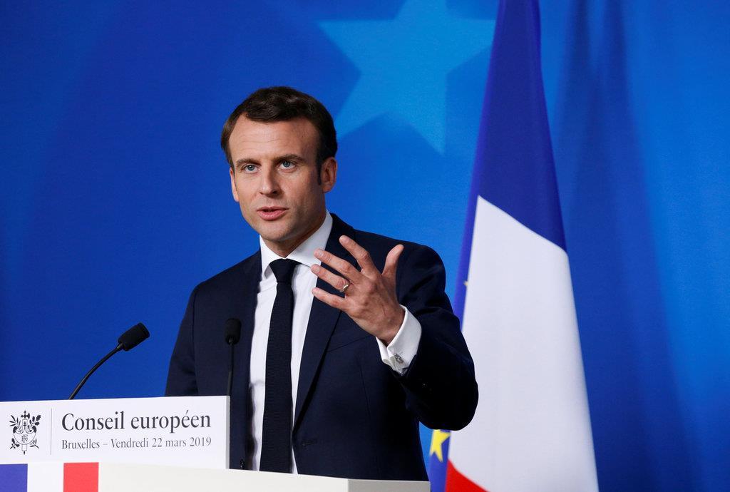 EU首脳会議を終え、会見するマクロン仏大統領=22日、ブリュッセル(ロイター)